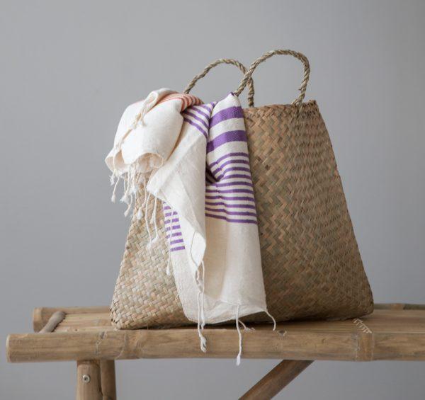 Zoom på handdukar i liten stråväska