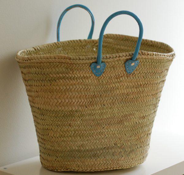 Handgjord korg med blå handtag