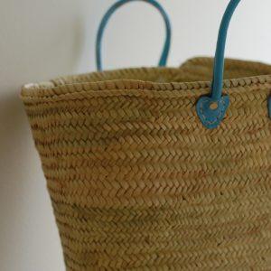 Handgjord korg med läderhandtag