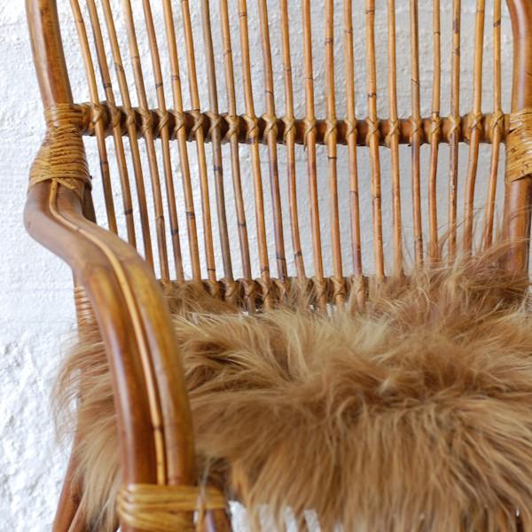Förstoring på fårskinn i stol