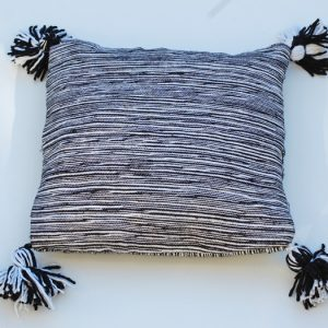 Stripe svartvit kudde med tofsar