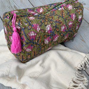 Väskor av palmblad och handtryckta necessärer & shoppingväskor